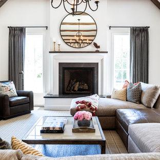 Idee per un soggiorno country di medie dimensioni e stile loft con sala formale, pareti beige, pavimento in legno massello medio, camino classico, cornice del camino in cemento e TV a parete