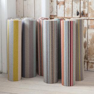 Inspiration för ett funkis vardagsrum, med heltäckningsmatta och blått golv