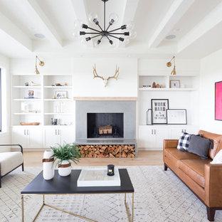 Repräsentatives, Fernseherloses, Abgetrenntes Nordisches Wohnzimmer mit weißer Wandfarbe, hellem Holzboden, Kamin, Kaminumrandung aus Beton und braunem Boden in Boise