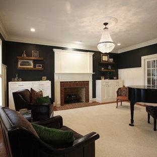 Idee per un piccolo soggiorno chic chiuso con sala della musica, pareti grigie, moquette, camino classico, cornice del camino in legno e pavimento bianco