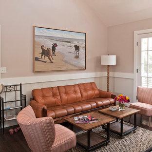 ニューヨークのビーチスタイルのおしゃれなリビング (ピンクの壁、濃色無垢フローリング、茶色い床) の写真