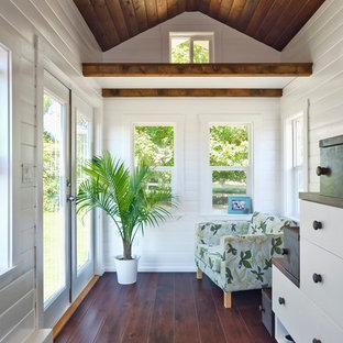 Ispirazione per un piccolo soggiorno stile marinaro stile loft con pareti bianche, parquet scuro, nessun camino e nessuna TV