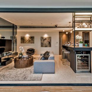 Idee per un soggiorno contemporaneo aperto con angolo bar, pareti beige, TV a parete e pavimento beige