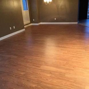 シャーロットの中サイズのトラディショナルスタイルのおしゃれなLDK (フォーマル、茶色い壁、暖炉なし、ベージュの床、無垢フローリング) の写真