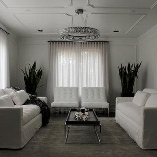 Foto de salón para visitas cerrado, tradicional renovado, de tamaño medio, sin televisor, con paredes blancas, suelo de madera oscura, chimeneas suspendidas y marco de chimenea de metal