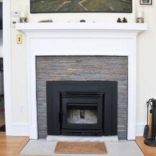 Modelo de salón cerrado, clásico renovado, pequeño, con suelo de piedra caliza, estufa de leña y marco de chimenea de baldosas y/o azulejos