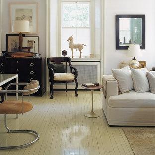 Ispirazione per un soggiorno tradizionale con pavimento in legno verniciato e pavimento bianco