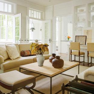 Klassisches Wohnzimmer mit weißer Wandfarbe in Washington, D.C.