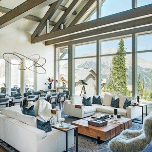 Cette image montre un grand salon design ouvert avec un mur blanc, un sol en bois foncé, aucune cheminée, aucun téléviseur et un sol marron.