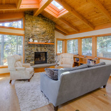 Rustic Living Room by Kettle River Timberworks Ltd.