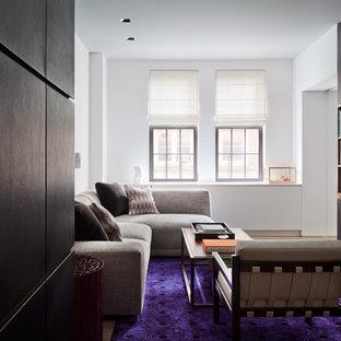 Mittelgroßes, Abgetrenntes Modernes Wohnzimmer mit weißer Wandfarbe, Teppichboden und lila Boden in Auckland