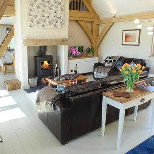 Immagine di un soggiorno rustico aperto con pareti bianche, stufa a legna e pavimento in legno verniciato