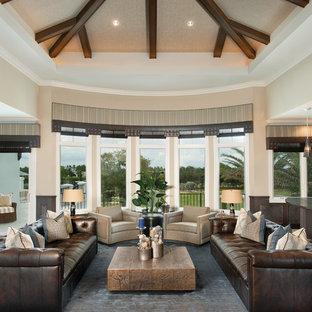 Ejemplo de salón para visitas abierto, tradicional renovado, grande, con paredes beige, suelo de madera en tonos medios y suelo marrón