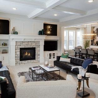 Inredning av ett klassiskt vardagsrum, med vita väggar, heltäckningsmatta, en standard öppen spis, en spiselkrans i trä, en inbyggd mediavägg och vitt golv