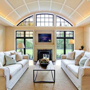 Großes Modernes Wohnzimmer mit beiger Wandfarbe, Kamin und Wand-TV in Seattle