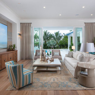 Ispirazione per un soggiorno tropicale aperto con sala formale, parquet chiaro e nessun camino
