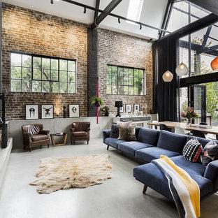 Diseño de salón abierto, urbano, extra grande, con suelo de cemento, estufa de leña y televisor colgado en la pared