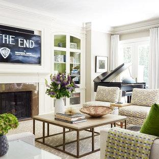 トロントのトラディショナルスタイルのおしゃれなリビング (ミュージックルーム、グレーの壁、カーペット敷き、標準型暖炉、壁掛け型テレビ) の写真