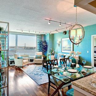 Idee per un piccolo soggiorno tradizionale aperto con sala formale, pareti blu, pavimento in legno massello medio e nessun camino