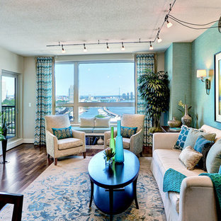 Foto di un piccolo soggiorno classico aperto con sala formale, pareti beige, pavimento in legno massello medio e nessun camino