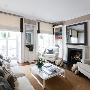 Ejemplo de salón clásico con paredes marrones y chimenea tradicional