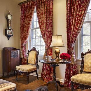 Foto di un soggiorno tradizionale di medie dimensioni e chiuso con sala della musica, pareti gialle, pavimento in legno massello medio, camino classico, cornice del camino in legno e nessuna TV