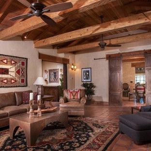 Стильный дизайн: большая парадная, изолированная гостиная комната с бежевыми стенами, полом из терракотовой плитки и красным полом - последний тренд