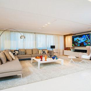 Diseño de salón abierto, contemporáneo, con paredes marrones, televisor colgado en la pared y suelo blanco
