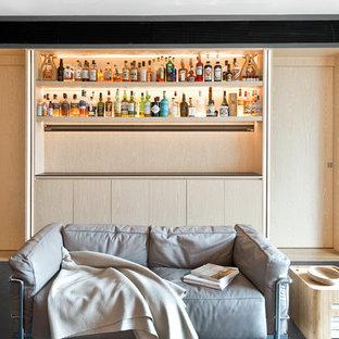 Modelo de salón con barra de bar abierto, contemporáneo, con paredes grises