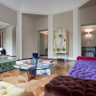 Immagine di un soggiorno minimal con pareti grigie e parquet chiaro