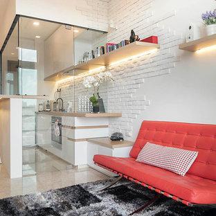 Bild på ett litet funkis vardagsrum, med vita väggar och marmorgolv