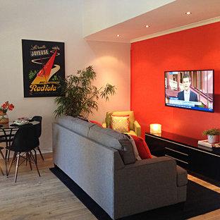 Mittelgroßes, Offenes Modernes Wohnzimmer mit oranger Wandfarbe, Bambusparkett und Wand-TV in Brisbane