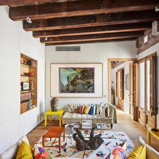 Diseño de salón abierto, ecléctico, con paredes blancas y suelo de madera en tonos medios