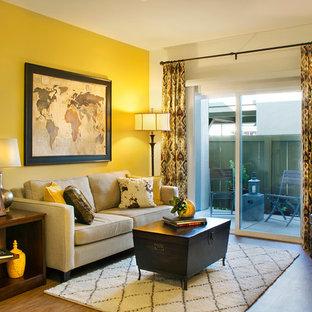 サンタバーバラの小さいラスティックスタイルのおしゃれなリビング (黄色い壁、竹フローリング、据え置き型テレビ) の写真
