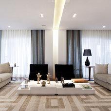 Contemporary Living Room by Eduardo Raimondi . Fotografia de Arquitetura