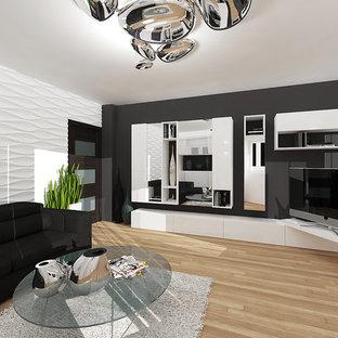 Mittelgroßes, Abgetrenntes Modernes Wohnzimmer mit brauner Wandfarbe, Sperrholzboden und freistehendem TV in Sonstige
