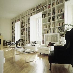 Idéer för att renovera ett funkis vardagsrum, med ett bibliotek, vita väggar och ljust trägolv