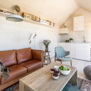 マドリードの小さい北欧スタイルのおしゃれなリビング (ベージュの壁、フォーマル、淡色無垢フローリング、暖炉なし、テレビなし) の写真