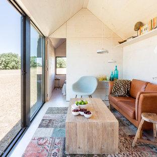 Foto di un piccolo soggiorno boho chic chiuso con pareti beige, parquet chiaro, nessun camino e nessuna TV