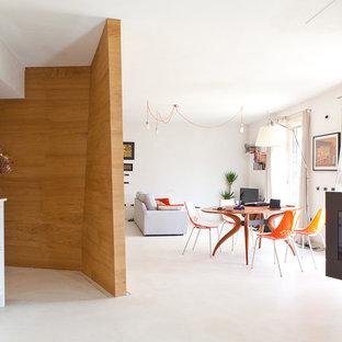 Inredning av ett skandinaviskt vardagsrum, med ett finrum, vita väggar, klinkergolv i porslin och en hängande öppen spis