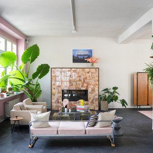 Mittelgroßes Eklektisches Wohnzimmer mit rosa Wandfarbe, Kamin und schwarzem Boden in Berlin