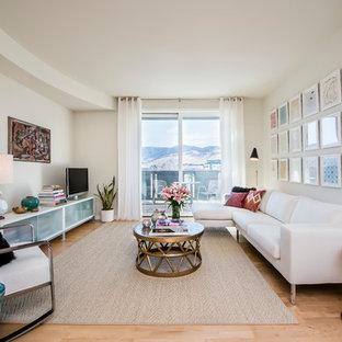 ロサンゼルスの中サイズのコンテンポラリースタイルのおしゃれなリビング (白い壁、淡色無垢フローリング、据え置き型テレビ) の写真