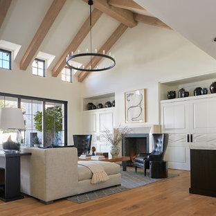 フェニックスのトランジショナルスタイルのおしゃれなリビング (白い壁、無垢フローリング、標準型暖炉、茶色い床) の写真
