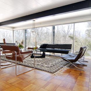 Foto di un soggiorno moderno con sala della musica e pavimento in legno massello medio