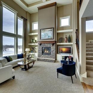 Immagine di un grande soggiorno american style aperto con pareti beige, camino classico e cornice del camino in pietra