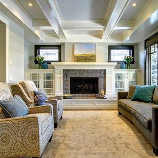 Esempio di un soggiorno stile americano chiuso con moquette, camino classico, cornice del camino piastrellata e nessuna TV