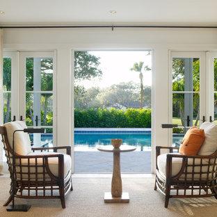 Diseño de salón tropical con paredes blancas