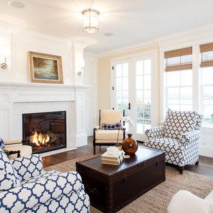 Diseño de salón para visitas clásico, sin televisor, con paredes beige y chimenea tradicional