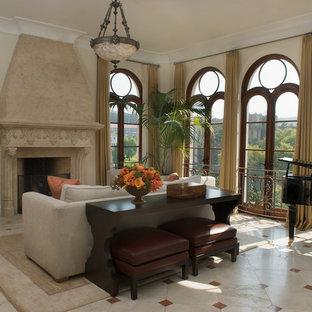Immagine di un soggiorno tradizionale con sala della musica