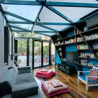 Ejemplo de sala de estar con biblioteca cerrada, contemporánea, pequeña, con televisor independiente